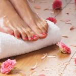 Jalat ja varvasvälit pitää hoitaa, pestä ja kuivata aina hyvin, koska sieni viihtyy kosteassa.