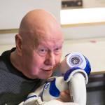 Aulis Jalava arvostaa  robotin tekniikkaa, mutta pitää sitä silti leikkikaluna.