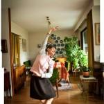 Voimistelu kuuluu Tarja-Liisa Lindqvistin arkipäivään. Liikkeen ilo tuo tuiketta silmiin.