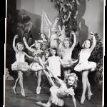 Oopperan balettikoulussa oppi kuria ja kärsivällisyyttä. Tarja-Liisa Lindqvist keskirivillä toinen vasemmalta.