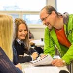 Jyrki opettaa psykologiaa Äänekosken lukiossa, jossa hän on hyvin pidetty opettaja. Abiturientit Noora Kovanen ja Susanna Vihavainen (selin) valmistautuvat jo kirjoituksiin.