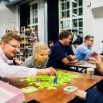 Pauli Juntunen (vas.) ja Anna-tytär pelaavat Max Wikströmin kanssa Helsingin Kaapeli- tehtaalla marraskuussa järjestetyssä lautapeli- tapahtumassa.