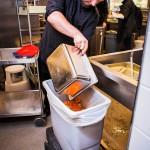 Joel Kumpulainen heittää päivän ylijäämäruoat biojätteeseen Lumon lukion ruokalassa. Jauheliha- kastiketta tehtiin 70 kiloa, siitä jäi syömättä 14 kiloa.