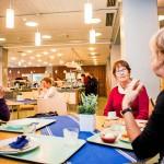 Marja Roth-Sopanen (vas.), Anja Alanko ja Marja Räsänen söivät lautasensa tyhjiksi Kampin Raflan ravintolassa. Anja Alanko ylisti maukasta hapankaalivuokaa.