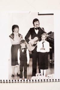 Metsäkedot eli Maikki, Martti, Tomi ja Annika esiintymässä Finlandia-talolla äitienpäivänä 1979. Annika oli tuolloin 8-vuotias ja Tomi 5-vuotias.