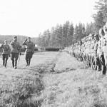 JR 53:n katselmus Viskarin Kauksalmella. 3 D:n komentaja, kenraalimajuri Aaro Pajari tarkastaa joukot seurassaan esikuntapäällikkö, everstiluutnantti Loimu, adjutantti, luutnantti Almi (oik.) ja JR 53:n komentaja eversti Ravila.