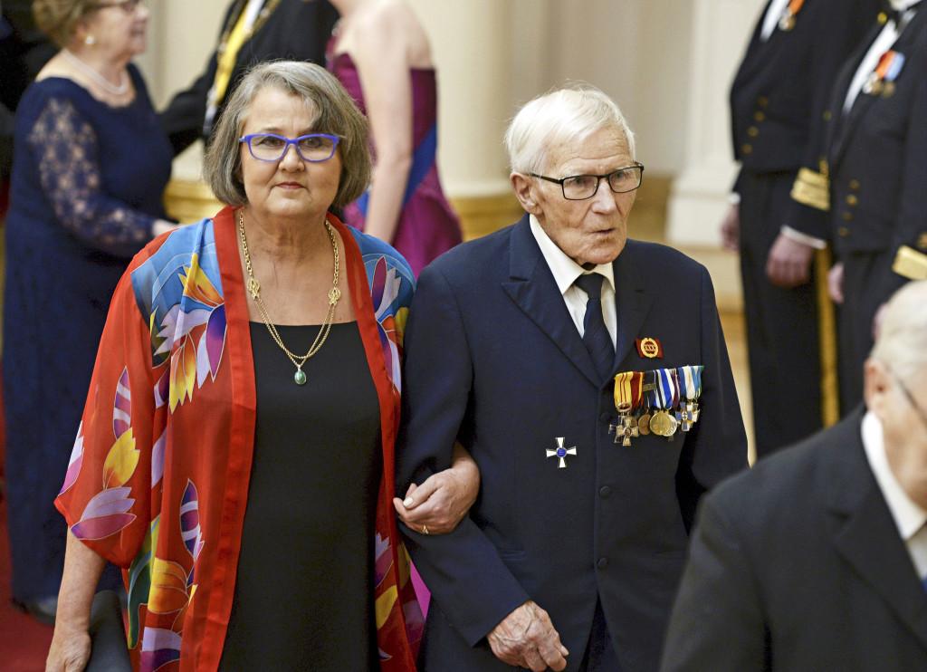 Simolainen sotaveteraani Armas Ilvo tyttärineen itsenäisyyspäivän vastaanotolla eli Linnan juhlissa Linnan juhlissa 2015.