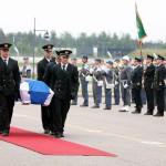 LKS 20070531 Afganistanissa kriisinhallintatehtävissä menehtyneen kersantti Petri Immosen  arkku vastaanotettiin sotilaallisin kunniansoituksin  torstaina 31. toukokuuta 2007 Helsinki-Vantaan lentoasemalla LEHTIKUVA Martti Kainulainen
