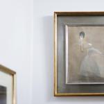 Helen Schjerfbeck maalasi ulkomuistista päivänvarjoineen kadulla kiiruhtavan naisen. Pakeneva kreivitär -teoksen malli pakeni todellisuudessakin tsaarin Venäjän sekasortoa.