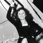 Piaf tervehtii ihailijoitaan Queen Elizabeth -aluksen kannelta, joka on juuri saapunut New Yorkiin syksyllä 1947.