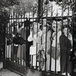 Järkyttyneitä surijoita Père Lachaisen hautausmaan ulkopuolella lokakuun 13.päivänä vuonna 1963. Legendaarinen esiintyjä oli poistunut estradilta, mutta hänen laulunsa jäivät elämään.