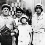 Kymmenvuotias Édith vuonna 1925 isänsä Louis Gassionin sekä tämän silloisen tyttöystävän kanssa.