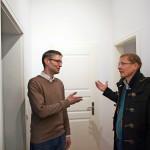 Professori Tomi Mäkelä (oik.) tapasi asunnon nykyisen asukkaan Reinhold von Ungern-Sternbergin, jolla on sukua myös Helsingissä.