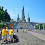 Paikalla, jossa Bernadette näki iIlmestyksen, rakennettiin valtava kirkko, joka valmistui 1899.