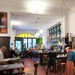 Ravintola Lentzin seinällä on juliste sikaria polttavasta Sibeliuksesta. Täällä säveltäjä vietti nuorena iltojaan.