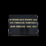 Sibeliuksen ensimmäisen asunnon  Marienstrasse 4:n seinässä on muistolaatta.