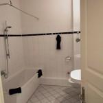 Jean Sibeliuksen asunto sijaitsi talon toisessa kerroksessa, vuokralaiskammarissa, joka on nyt muutettu kylpyhuoneeksi.