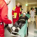 Kolmen aikaan pelastuslaitos kuljettaa Toni Helmisen Meilahteen.