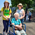 Mary Burton (istumassa) on tullut Lourdesiin tyttärensä kanssa. Burtonia avustaa myös nuori vapaaehtois-työntekijä, joita Lourdesissa on satoja.