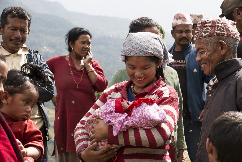 Seura tapasi Nepalin alkuperäiskansoihin kuuluvien thamien yhteisön jäseniä Dolakhassa, joka kärsi pahimmat tuhot kevään maanjäristyksissä.