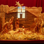 Ripaus kristillisiä perinteitä, esimerkiksi Hoosiannan laulaminen, sopii hyvin koulun kaikille tarkoitettuun joulujuhlaan.