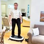 Mauri Elo rentouttaa levottomia jalkojaan lääkärin suosittelemalla värinälevyllä.