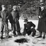 Asiantuntijat tarkastelevat pommin Järlajärven jäähän tekemää avantoa.