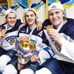 Tuoreet kultamitalistit Jesse Puljujärvi (vas.), Sebastian Aho ja Patrik Laine juhlivat, kun Venäjä kaatui 4-3 jääkiekon alle 20-vuotiaiden MM-finaalissa.