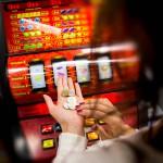 Suurienkin summien pelaaminen on nykyään helppoa, kun rahapeliautomaatteihin käyvät myös kortti ja setelit, ja netissäkin voi pelata.