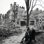 Nuorten demminiläisten tulevaisuus oli sodan jälkeen hämärän peitossa: ympärillä hävitetyt kodit, ilona ja lohtuna savuke – aina ei sitäkään.