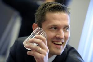 Kansanedustaja Sinuhe Wallinheimon puolue kokoomus vapauttaisi alkoholin saatavuutta.