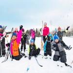 Maahanmuuttajalasten ryhmä sai hiihtoleirillään opettajakseen esikoistaan odottavan Aino-Kaisa Saarisen.