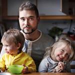 28-vuotias Rasmus Kujala, 4-vuotiaan Beatan ja 2-vuotiaan Filon isä. Lasten äiti kuoli harvinaiseen syöpään kesällä. kuva: Anni Koponen