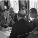 Saksan johtaja Adolf Hitler kävi onnittelemassa marsalkka Mannerheimiä 4.6.1942. Isännän ja Suomen poliittisen johdon ideologiakäsitykset olivat enemmän brittiläistä kuin sen ajan saksalaista laatua.