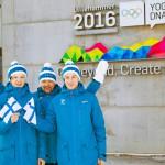Valmentaja olympiamitalisti Jukka Ylipulli (keskellä) tietää, että Wille Karhumaalla (vas.) ja Andreas Alamommolla (oik.) riittää myös henkinen kapasiteetti nousta maailman huipulle.