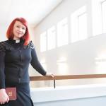 Käpylän kaunis, valoisa kirkko on Marjaana Toiviaisen uusi työmaa. Oulunkylän seurakunnan pastorina hän pohtii muun muassa kotoutumis- kysymyksiä.