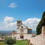 Franciscus Assisilaisen kotikaupungin Assisin päänähtävyys on Pyhän Fransiskuksen basilika. Se on Unescon maailmanperintökohde.