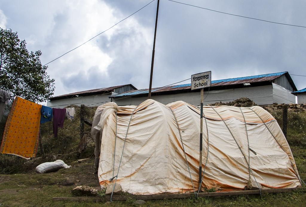 Pieni telttakoulu Charikotista Kathmanduun vievän maantien varrella.