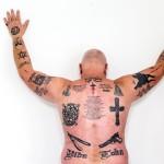 Juhan selkää peittävät lukuisat jengi- ja vankilaelämään liittyvät tatuoinnit Brasiliassa käydessään hän pitää paitaa, koska moni tunnistaa tatuoinnit.