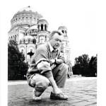 Pertti Huusari kävi kesällä 2002 etsimässä isänsä jalanjälkiä Ankkuriaukiolla Kronstadtissa.