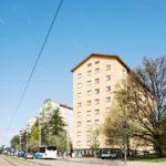 Mannerheimintie 81 Helsingissä on Suomen ensimmäinen aravatalo. Se rakennettiin vuonna 1949 valtion halvalla lainarahalla. Nyt talon ainoa vapaa vuokrakaksio maksaa yli kaksi tonnia kuussa.