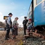 Juankosken asemalta lättähattuun nousevat Eila ja Juhani Mathalt ottavat mukaansa lapsenlapsensa Minea Mathaltin. Seurue on sonnustautunut juhlamatkan kunniaksi 1950-luvun vaatteisiin.