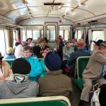 Luikonlahden aseman jälkeen liitevaunu on täynnä. Lättähattu-kyyti on monelle matkustajalle matka vuosikymmenten taakse.