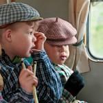Kaavilaiset Nea, 4, (edessä), Atte, 8, ja Joona, 6, nauttivat matkaevääksi makeat tikkukaramellit.