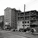 """Helsingissä 40-luvun loppu ja 50-luku olivat nopean rakentamisen aikaa. """"Hurritalo"""" nousi Mannerheimin tielle aravatalon naapuriin."""