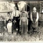 Konsta ja Hilma Huusari perheensä kanssa.