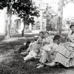 Sukua koolla kesällä 1884 Suur-Sarvilahden kartanossa, jonka omisti Hannan veli Viktor Magnus von Born. Etualalla Sven ja Hanna Palme.