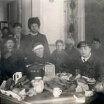 """Venäläistä upseeristoa """"Viron hotellissa Terijoella amerikkalaisen vehnäleivän ääressä"""", kertoi Suomen Kuvalehti artikkelissaan 9.4.1921."""