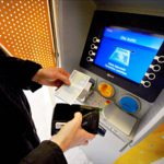 Liian ahkeraa automaatin käyttäjää pankki rankaisee nostomaksulla, joka lihottaa pankin omistajan tiliä.