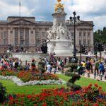 Kuningatar Elisabetin virallinen Lontoon koti oli ennen Buckinghamin herttuoiden kaupunkiasunto, jonka kuningas Yrjö III hankki kuninkaallisen perheen omistukseen vuonna 1761.